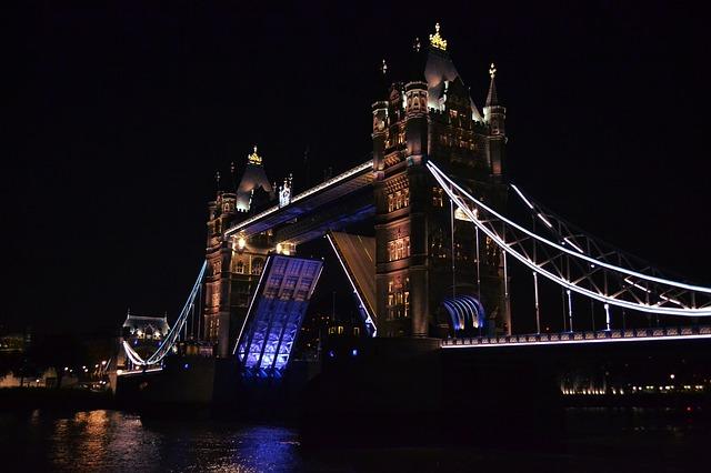 Tower Bridge by night © skeeze/Pixabay
